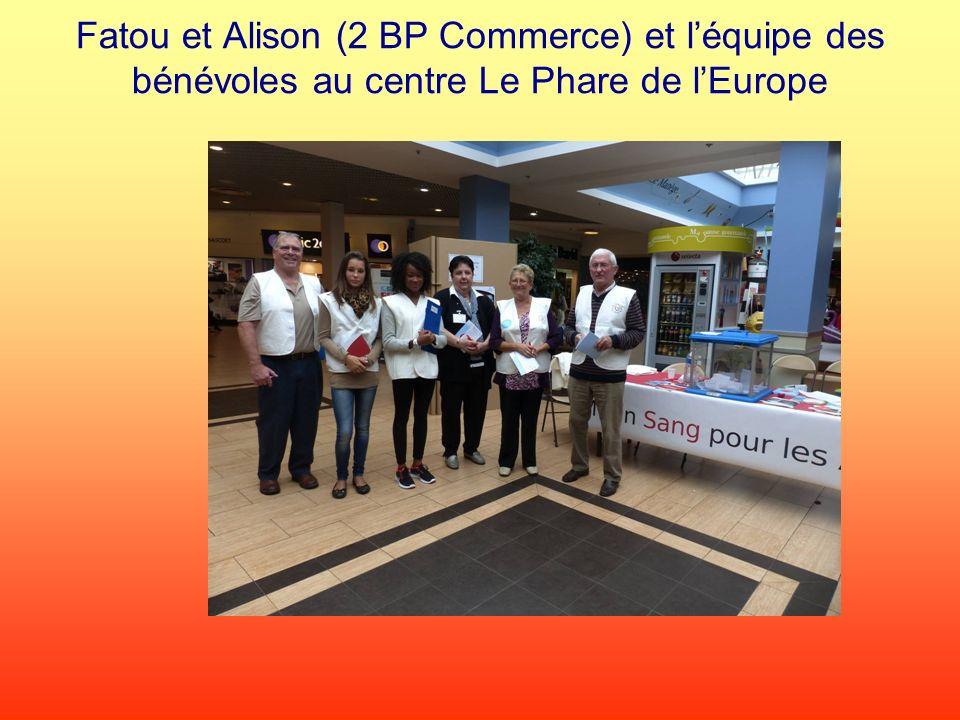 Fatou et Alison (2 BP Commerce) et léquipe des bénévoles au centre Le Phare de lEurope