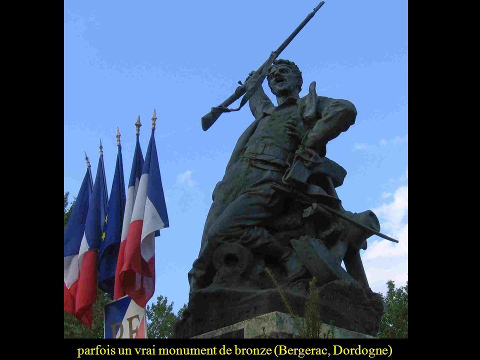 Les premiers monuments aux Morts ne datent pas des années 20. La guerre de 1870-1871 a eu ses monuments. Parfois une simple plaque de marbre sur une é