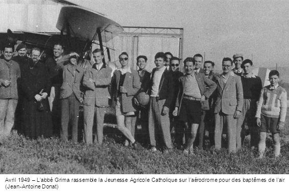 Avril 1949 – Labbé Grima rassemble la Jeunesse Agricole Catholique sur laérodrome pour des baptêmes de lair (Jean-Antoine Donat)