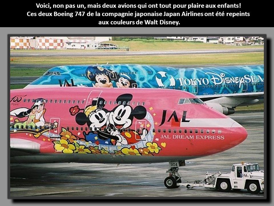 La compagnie low cost Malaisienne AirAsia met ses hôtesses à l'honneur en affichant leurs photos sur la carlingue de cet Airbus A320