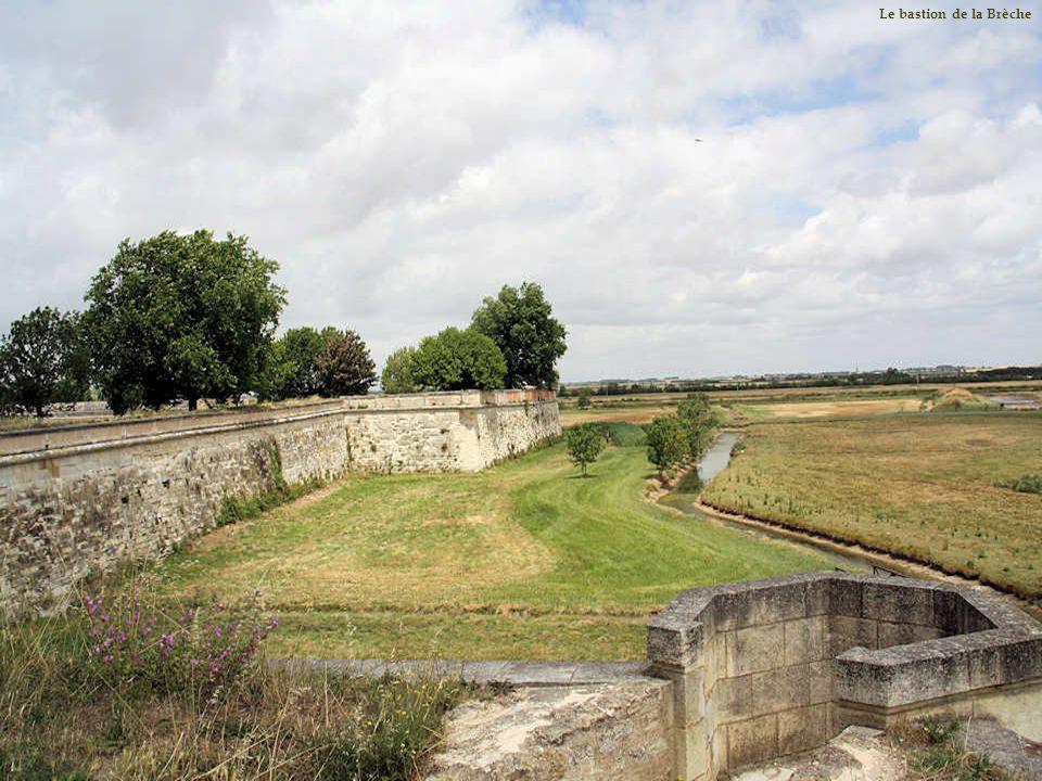 En 1638, un visiteur, le sieur Godefroy, écrivait que le pourtour des remparts est « muni de plus dune centaine de pièces de fonte verte tant plus gro