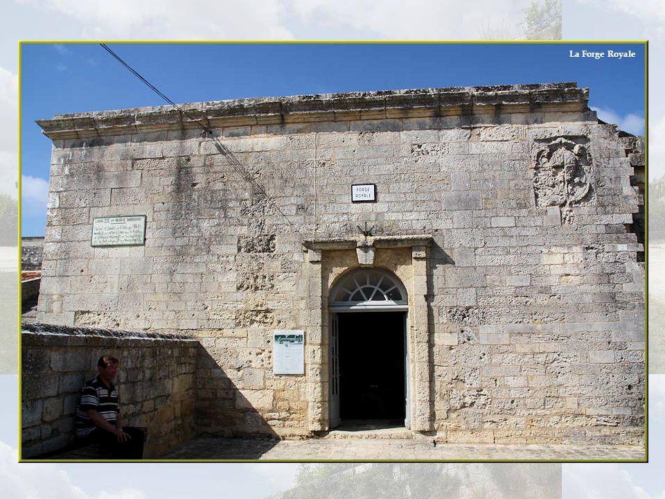 La Forge prison est identique à la Forge Royale hormis labsence douverture sur la rue. La cheminée centrale a disparu depuis longtemps. Affectée à lus