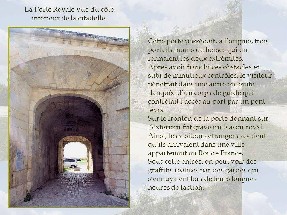 Cheminée de la Forge Royale. Indispensables à la production du fer de fonte nécessaire aux besoins dune grande citadelle, deux forges furent construit