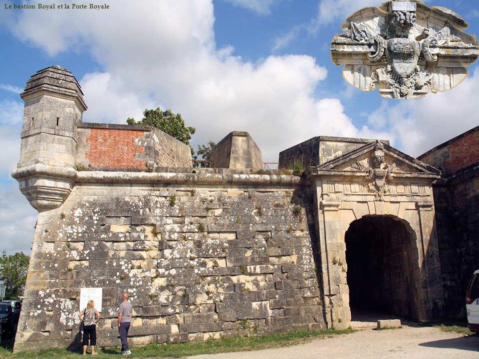 La Porte Royale vue du côté intérieur de la citadelle. Cette porte possédait, à lorigine, trois portails munis de herses qui en fermaient les deux ext