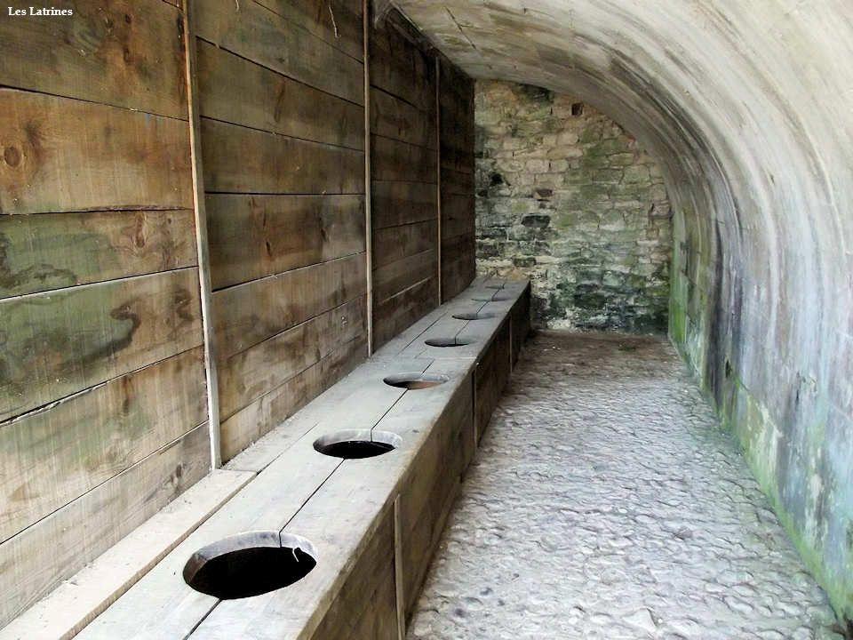 Façade en légère saillie, fenêtre à meneaux surmontée dun fronton, deux portes latérales à escalier tournant permettaient daccéder à une salle voûtée.