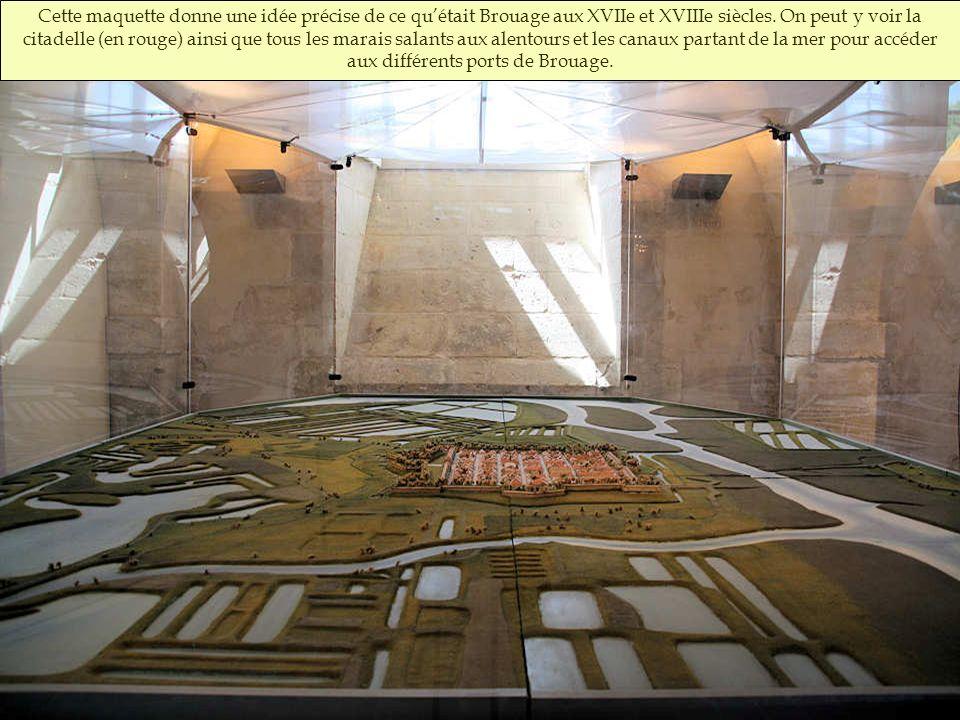 Vantail dorigine de la partie haute de la porte blindée de lancienne poudrière St-Luc. On y aperçoit des traces de peinture rouge artillerie.