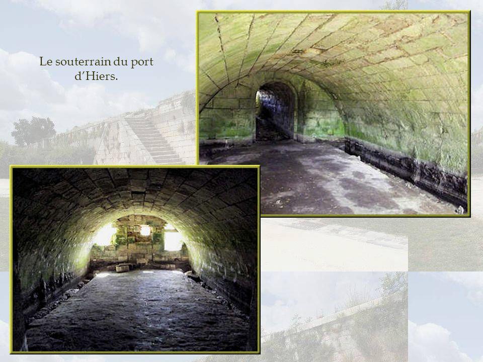 Porte du port dHiers. Une porte en plein cintre souvrant sur un couloir en pente douce conduit à lancien port souterrain. De son quai aujourdhui dispa
