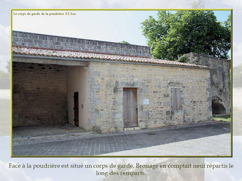 60 000 livres de poudre étaient stockées dans la poudrière défendue par un mur denceinte et une porte blindée. Très important pour Brouage, le commerc
