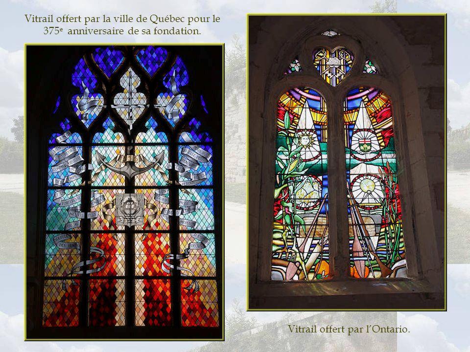 Vitrail offert par le Québec. Les vitraux actuels proviennent des dons canadiens.