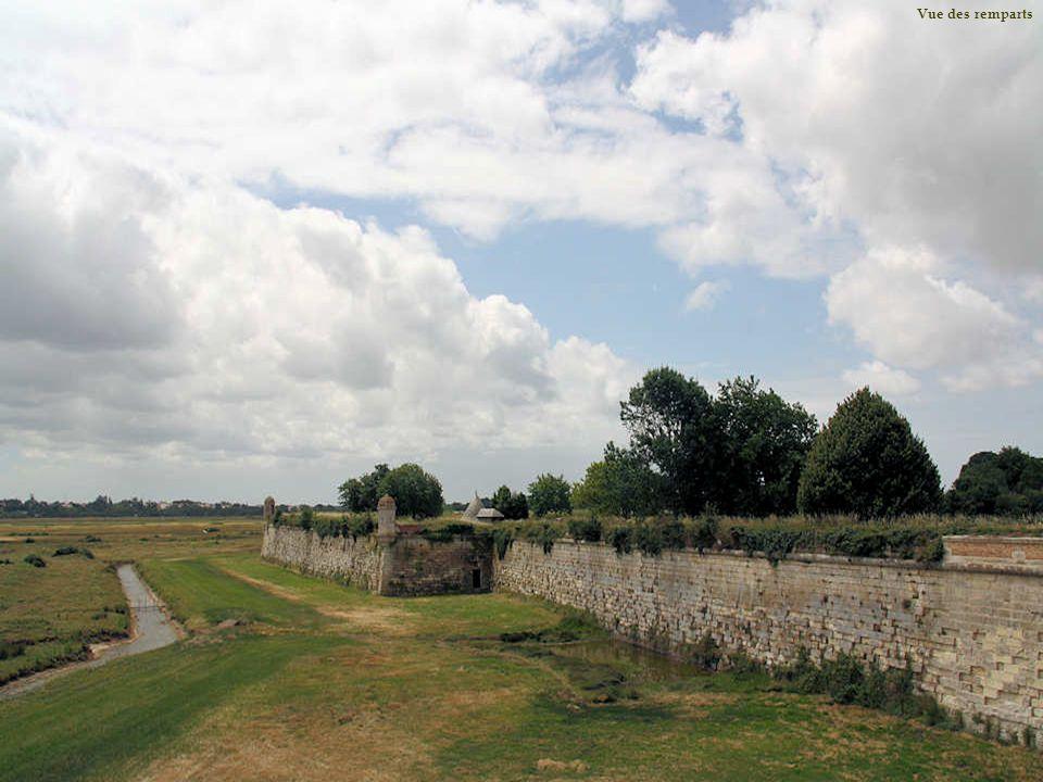 Quatre poternes perçaient autrefois le rempart et permettaient laccès aux ouvrages avancés. Ici, un pont de bois reliait à la citadelle le bastion dét