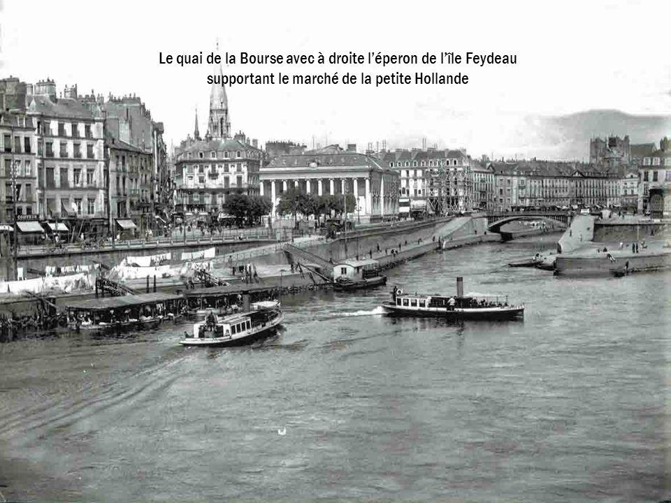 Le quai de la Bourse avec à droite léperon de lîle Feydeau supportant le marché de la petite Hollande