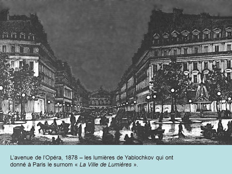 Lavenue de lOpéra, 1878 – les lumières de Yablochkov qui ont donné à Paris le surnom « La Ville de Lumières ».