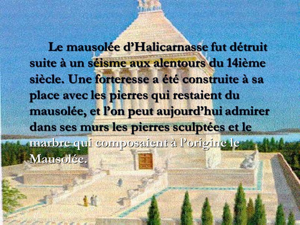 Le mausolée dHalicarnasse fut détruit suite à un séisme aux alentours du 14ième siècle. Une forteresse a été construite à sa place avec les pierres qu