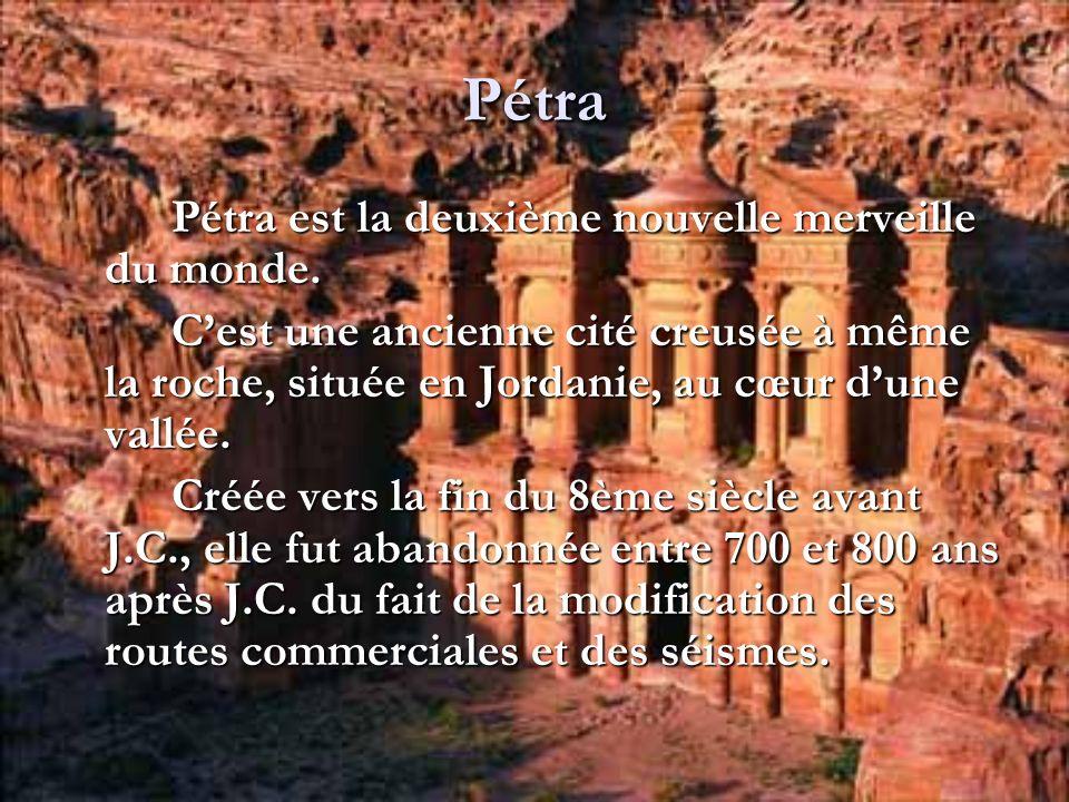 Pétra Pétra est la deuxième nouvelle merveille du monde. Cest une ancienne cité creusée à même la roche, située en Jordanie, au cœur dune vallée. Créé