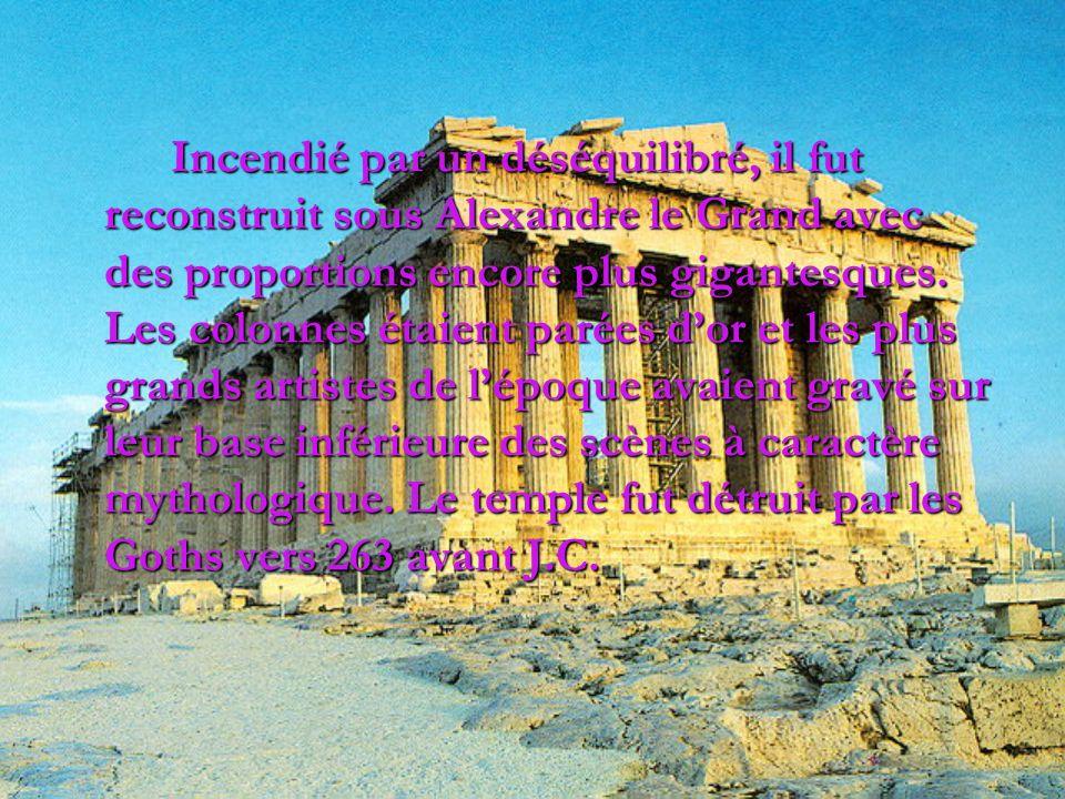 Incendié par un déséquilibré, il fut reconstruit sous Alexandre le Grand avec des proportions encore plus gigantesques. Les colonnes étaient parées do