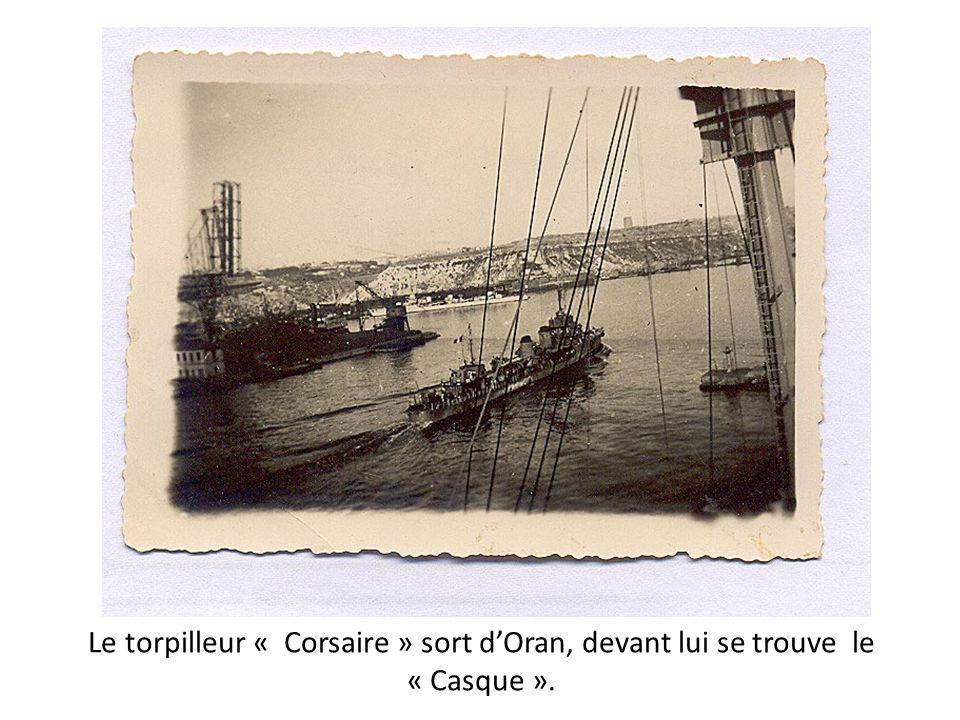 Le torpilleur « Corsaire » sort dOran, devant lui se trouve le « Casque ».