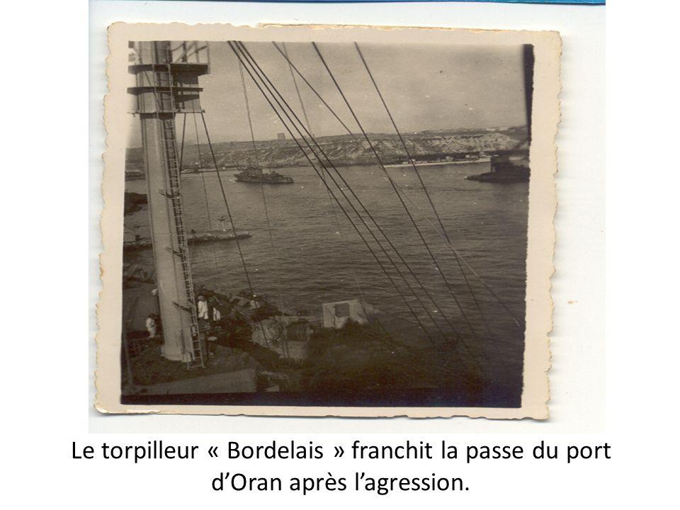 Le torpilleur « Bordelais » franchit la passe du port dOran après lagression.