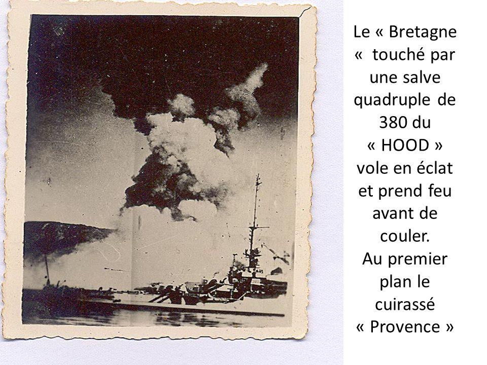 Le « Bretagne « touché par une salve quadruple de 380 du « HOOD » vole en éclat et prend feu avant de couler. Au premier plan le cuirassé « Provence »
