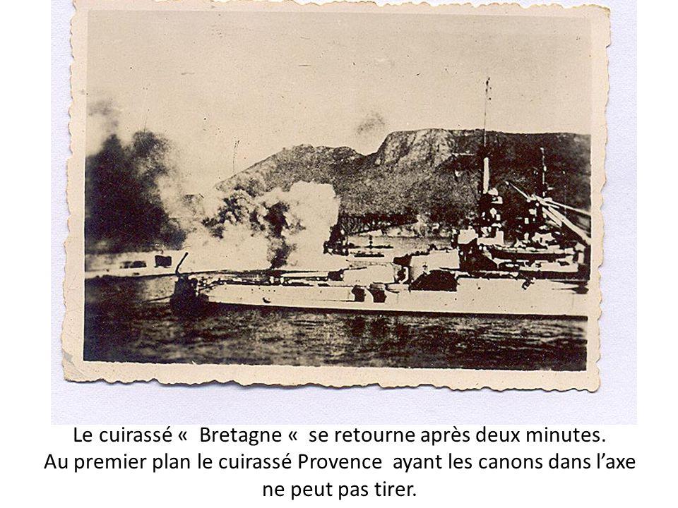 Le cuirassé « Bretagne « se retourne après deux minutes. Au premier plan le cuirassé Provence ayant les canons dans laxe ne peut pas tirer.