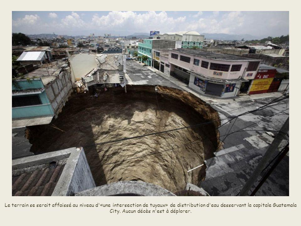 En 2010 suite à la tempête Agatha, sous la force des glissements de terrain, un immeuble de trois étages et un carrefour ont été engloutis à Guatemala city pour laisser place à ce trou béant.
