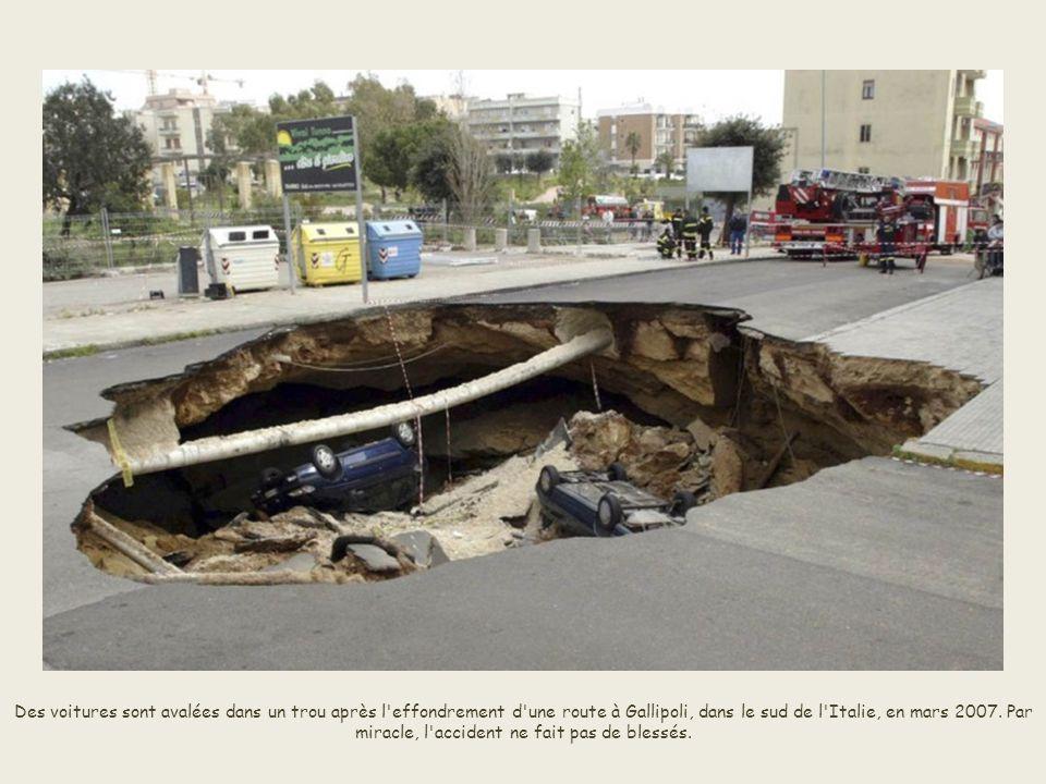 Le terrain se serait affaissé au niveau d'«une intersection de tuyaux» de distribution d'eau desservant la capitale Guatemala City. Aucun décès n'est