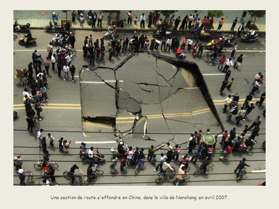Des voitures sont avalées dans un trou après l'effondrement d'une route à Gallipoli, dans le sud de l'Italie, en mars 2007. Par miracle, l'accident ne