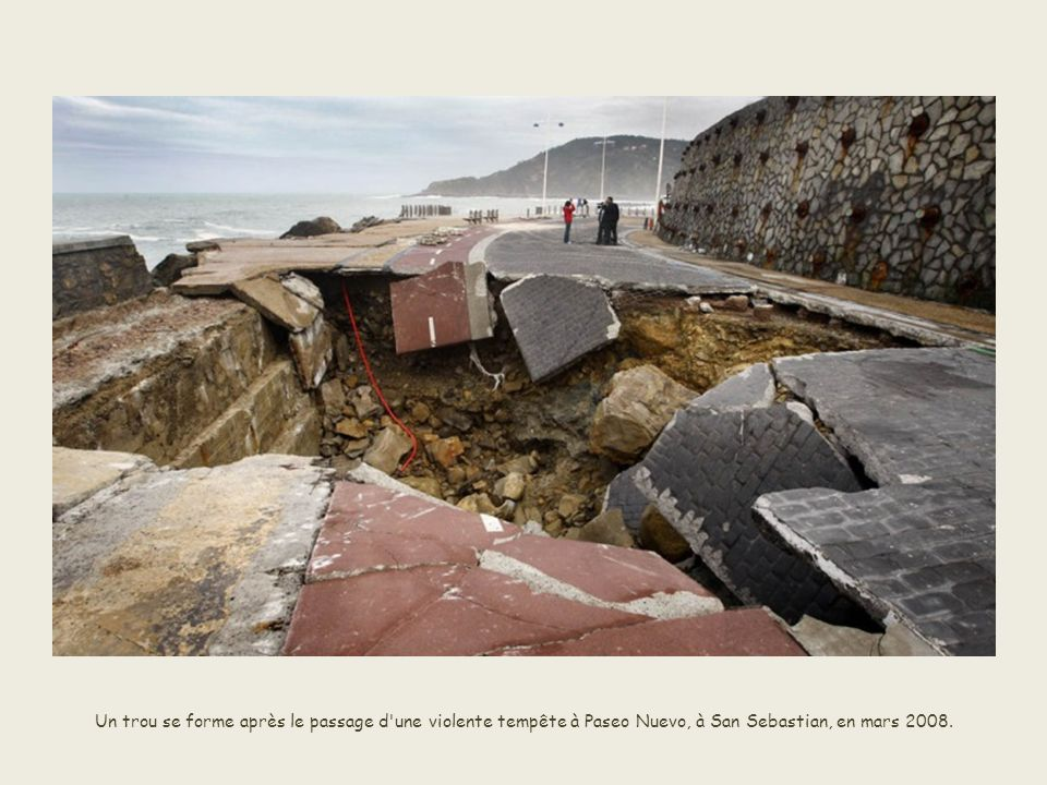 Un trou géant est causé dans le sud du Pérou, près de la frontière bolivienne, non pas par un effondrement du sol, mais par un météorite, en septembre 2007.