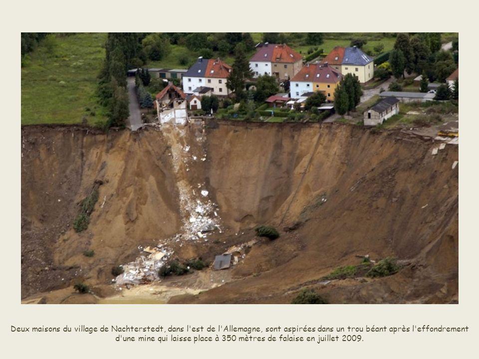 Un trou se forme après le passage d'une violente tempête à Paseo Nuevo, à San Sebastian, en mars 2008.