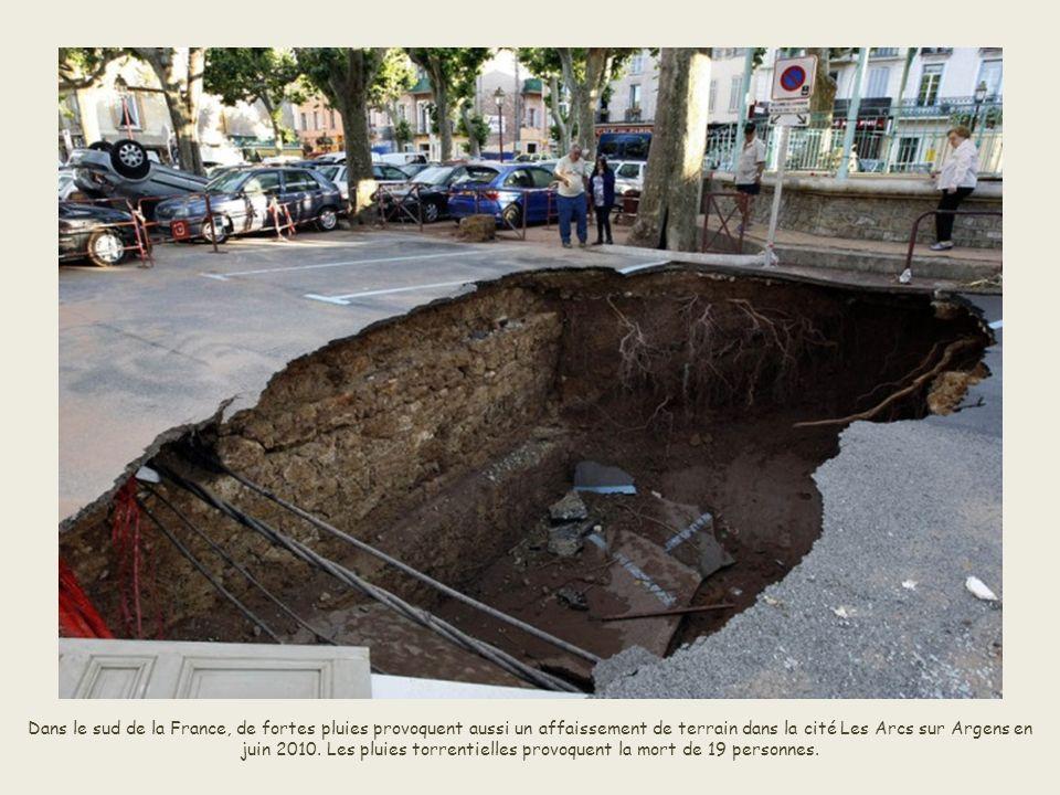 En Chine, une doline est apparue en janvier 2010 dans la ville de Ningxiang. Le trou qui s'élargissait au fur et à mesure avait atteint en juin 150 mè
