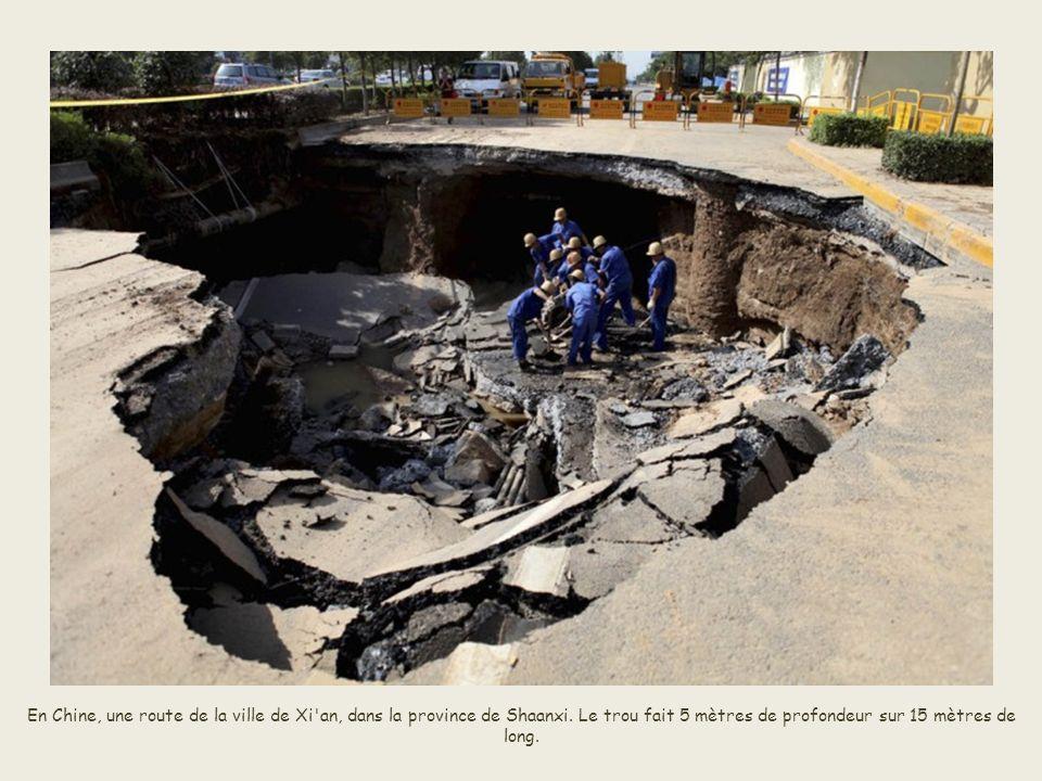 Ce camion est tombé dans un «trou» qui est apparu au beau milieu de la route à Changchun, dans la province de Jilin en Chine.