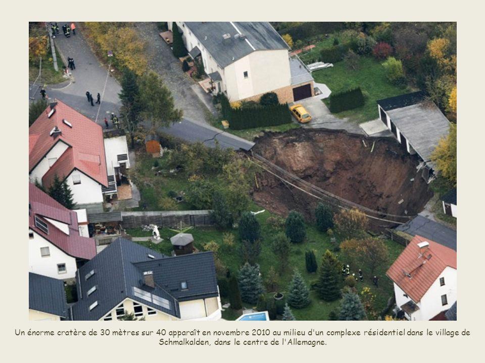 En décembre dernier, une route s'effondre à Ostrowiec Swietokrzyski,dans le sud de Pologne. Le trou créé fait 10 mètres de profondeur et 50 mètres de