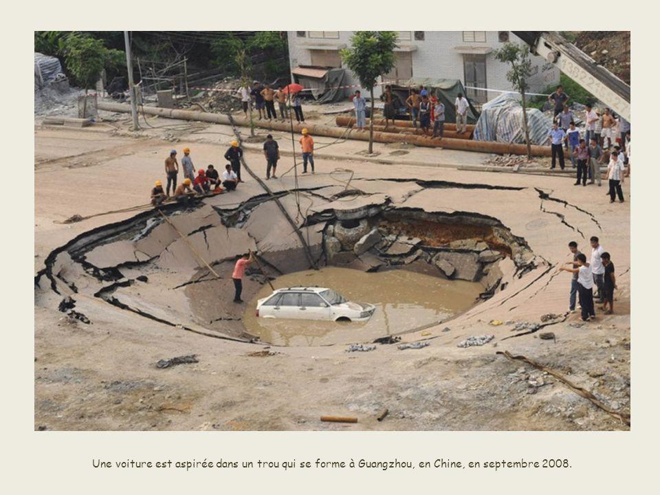 En Inde, une route s'effondre et laisse place à une rivière qui passe en dessous en décembre 2004. L'accident est causé par le tsunami de 2004.