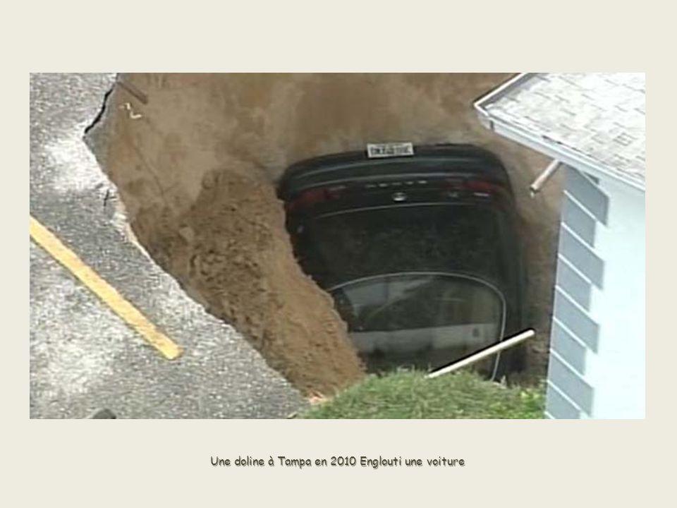 Une doline à Tampa en 2010 Englouti une voiture