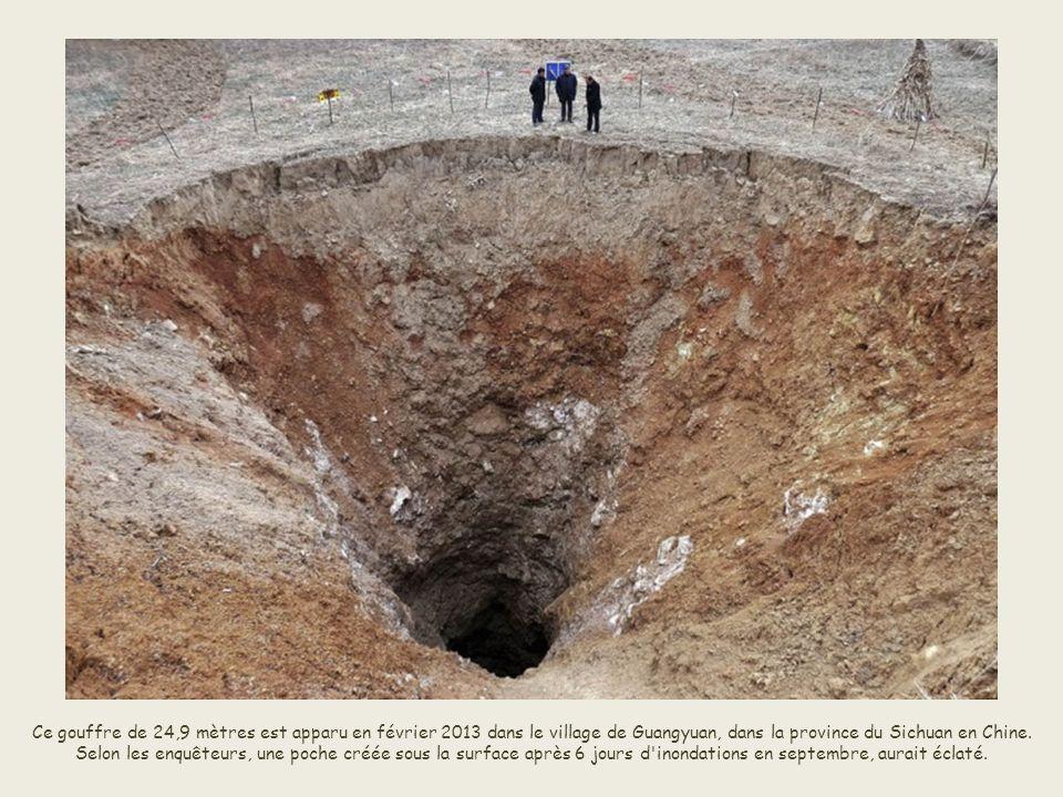 Ce gouffre de 24,9 mètres est apparu en février 2013 dans le village de Guangyuan, dans la province du Sichuan en Chine.