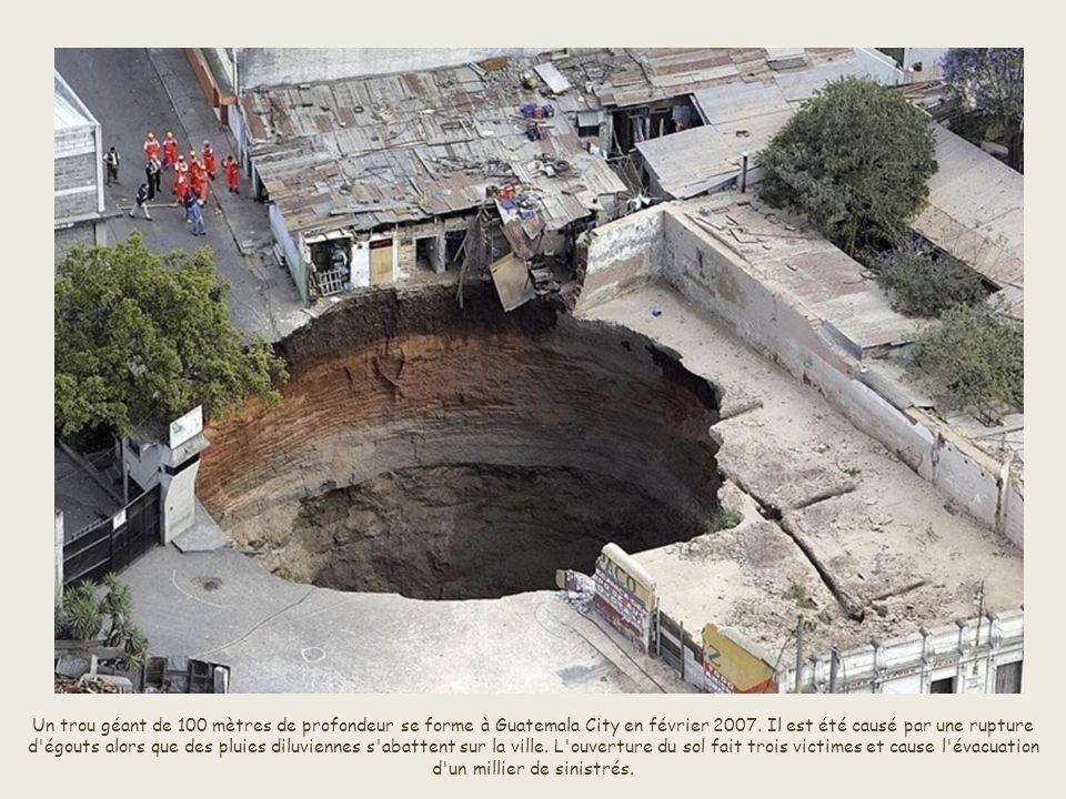 Un trou géant de 100 mètres de profondeur se forme à Guatemala City en février 2007.