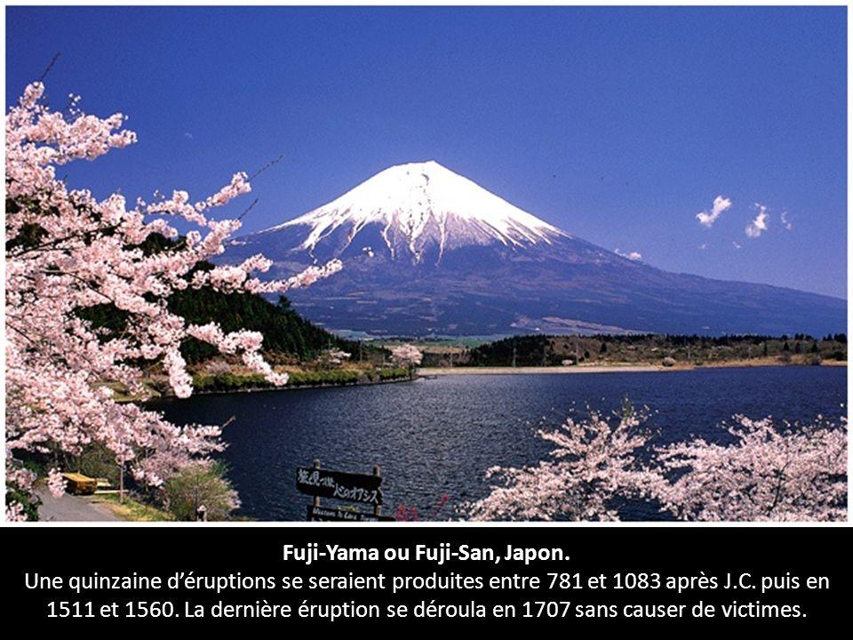 Fuji-Yama ou Fuji-San, Japon. Une quinzaine déruptions se seraient produites entre 781 et 1083 après J.C. puis en 1511 et 1560. La dernière éruption s