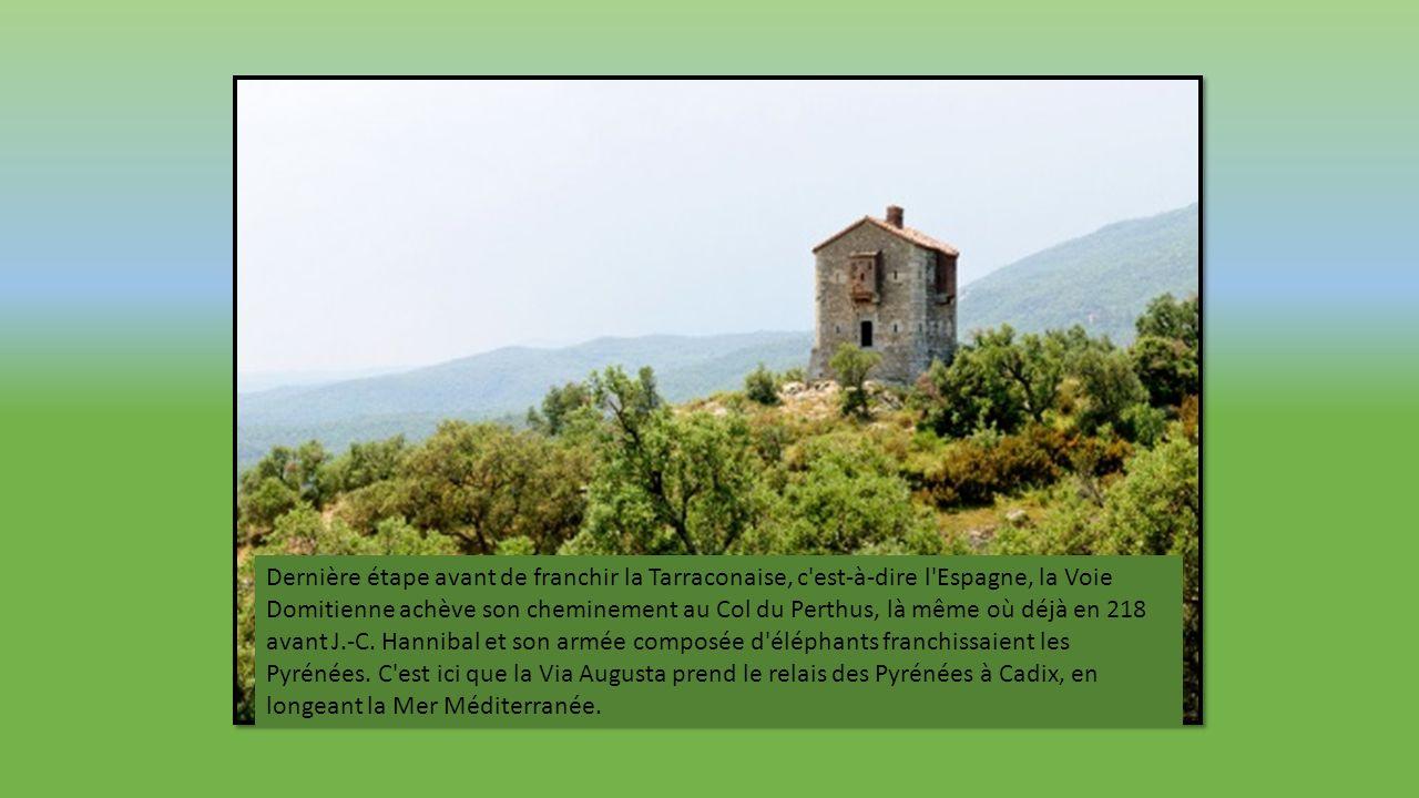 Au pied du massif des Corbières, la forteresse de Salses a été édifiée à la fin du XVe siècle à proximité de ce qui fut un castrum romain.
