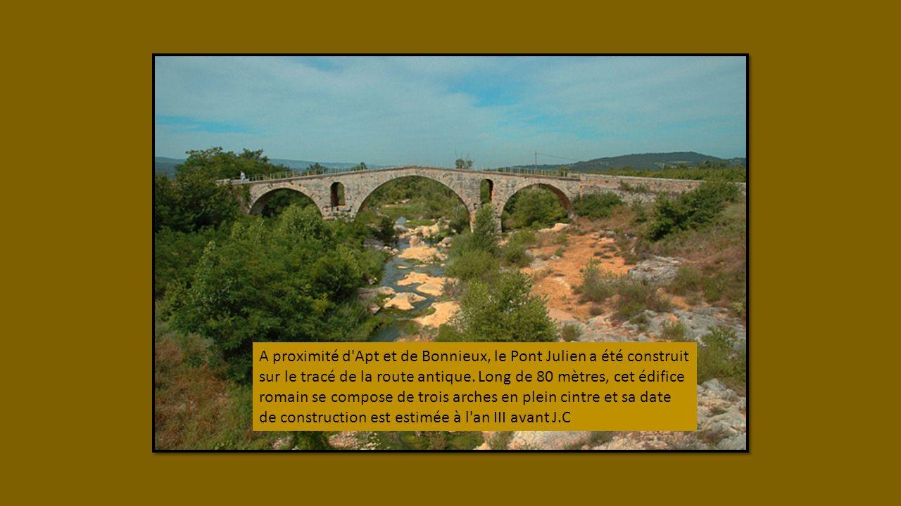 Suivant la vallée de la Durance, la Via Domitia longe le Lubéron par le nord, franchit le Rhône à Beaucaire, passe par Nîmes et suit la côte du Golfe