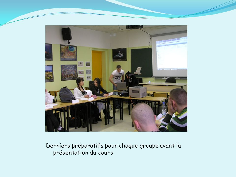 Derniers préparatifs pour chaque groupe avant la présentation du cours