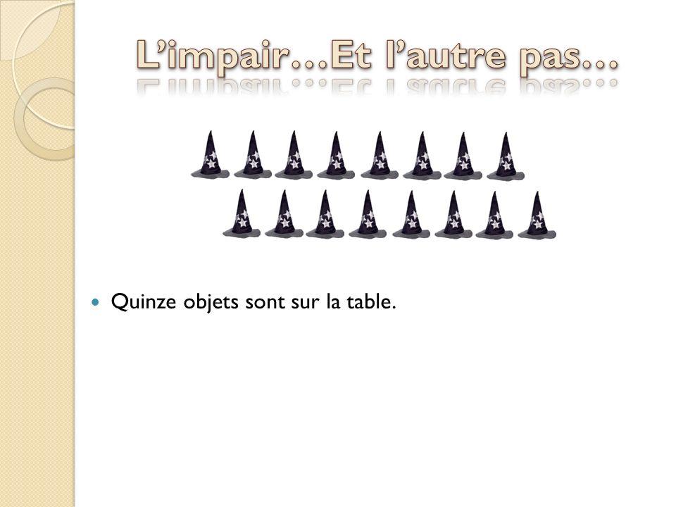 Quinze objets sont sur la table.