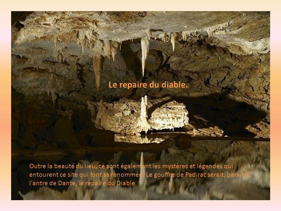Barrages naturels sur 120 mètres de long. Les visiteurs peuvent admirer des barrages naturels sur 120 mètres de long au niveau du lac des Grands Gours