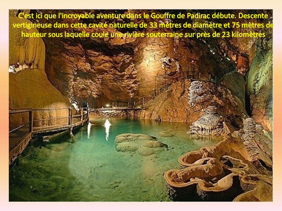 Lentrée du goufre Le puits a 54 mètres de profondeur