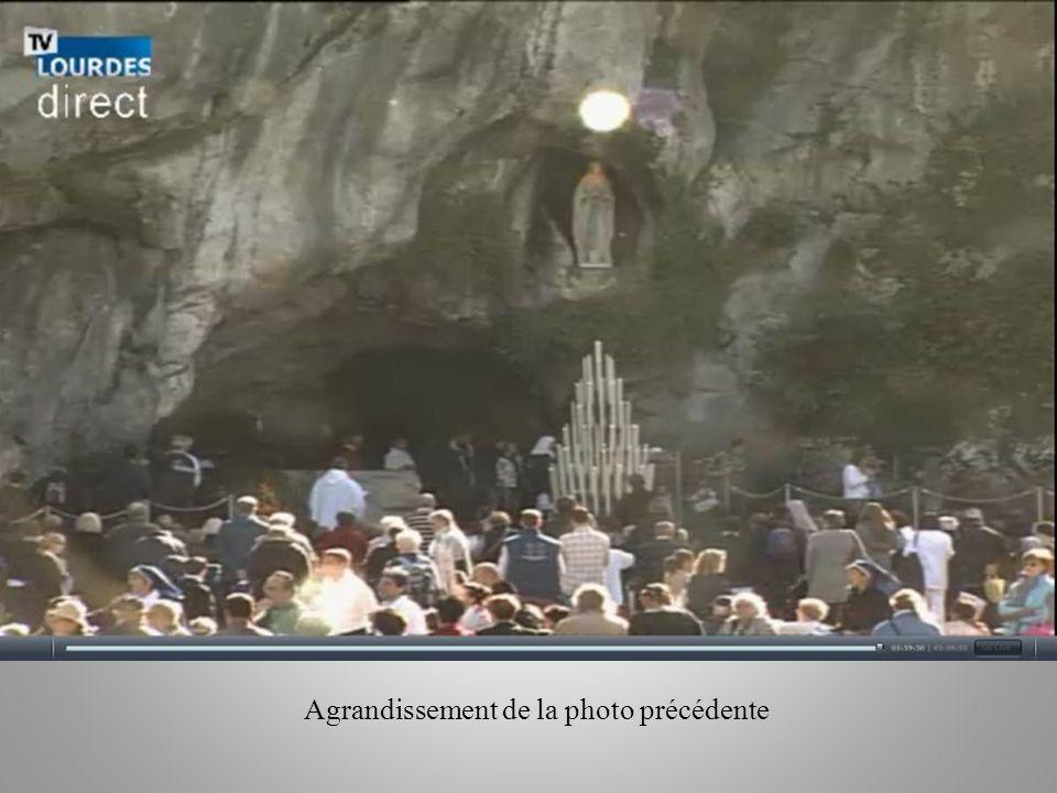 Le 16 Octobre 2012 pendant le Chapelet à la grotte de Lourdes une Hostie apparait au dessus de la statue de la Sainte Vierge.