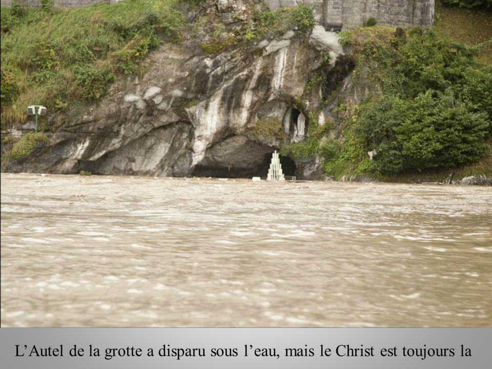 LAutel de la grotte a disparu sous leau, mais le Christ est toujours la