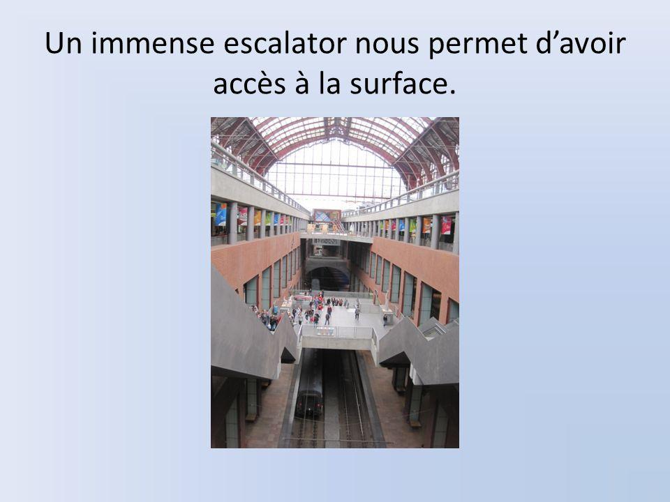 Un immense escalator nous permet davoir accès à la surface.