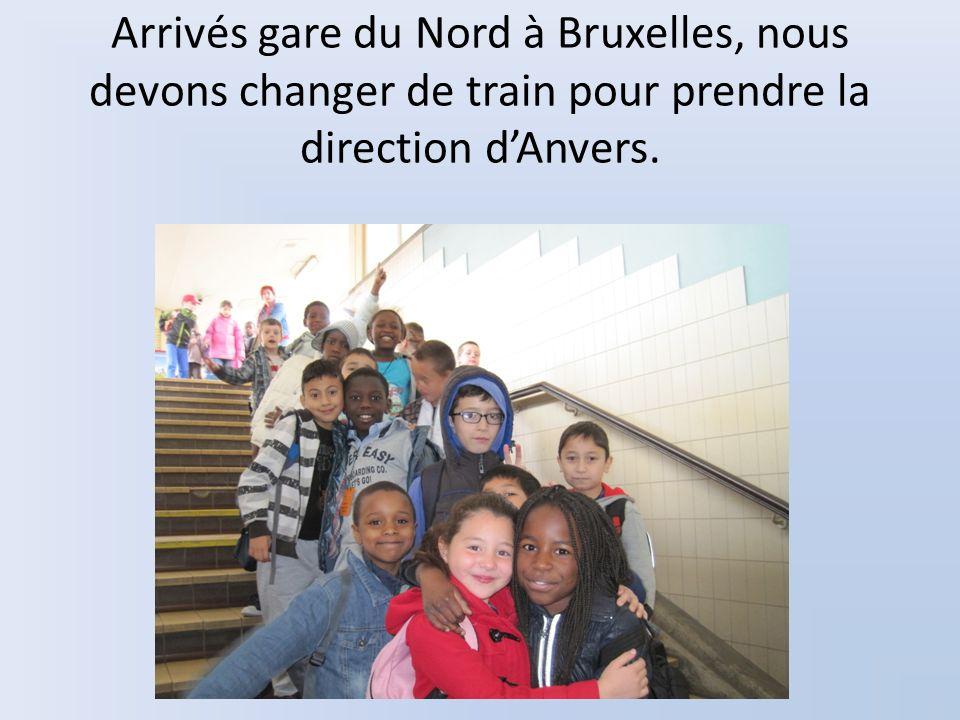Arrivés gare du Nord à Bruxelles, nous devons changer de train pour prendre la direction dAnvers.