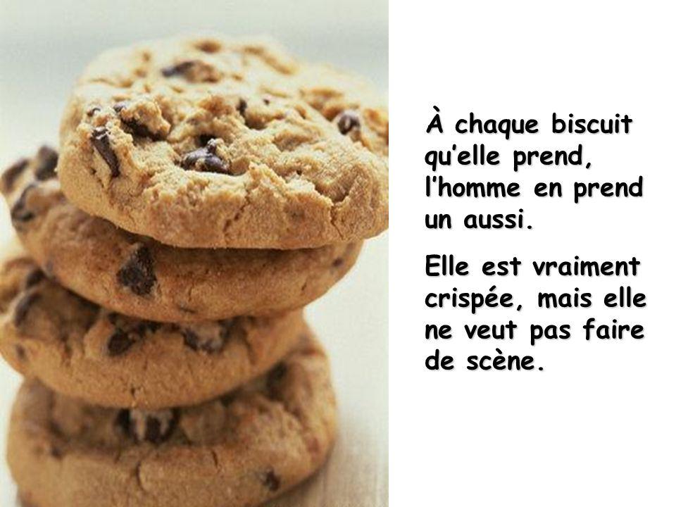 Lorsquelle prend un premier biscuit, dans le paquet de biscuit posé sur le fauteuil près delle, lhomme en fait de même.