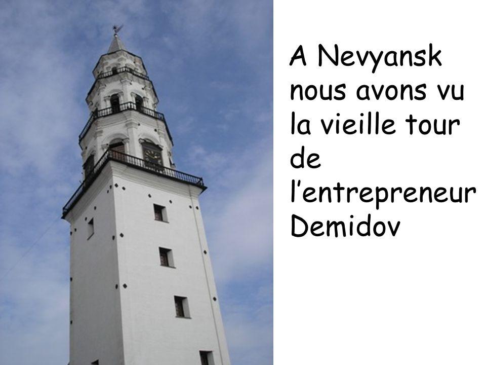 A Nevyansk nous avons vu la vieille tour de lentrepreneur Demidov
