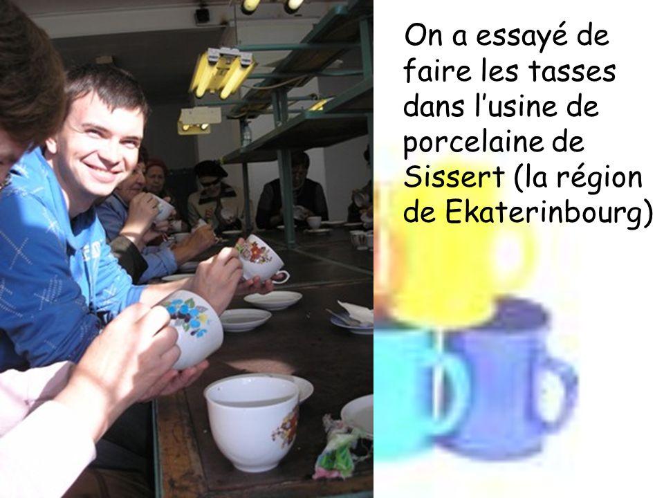 On a essayé de faire les tasses dans lusine de porcelaine de Sissert (la région de Ekaterinbourg)