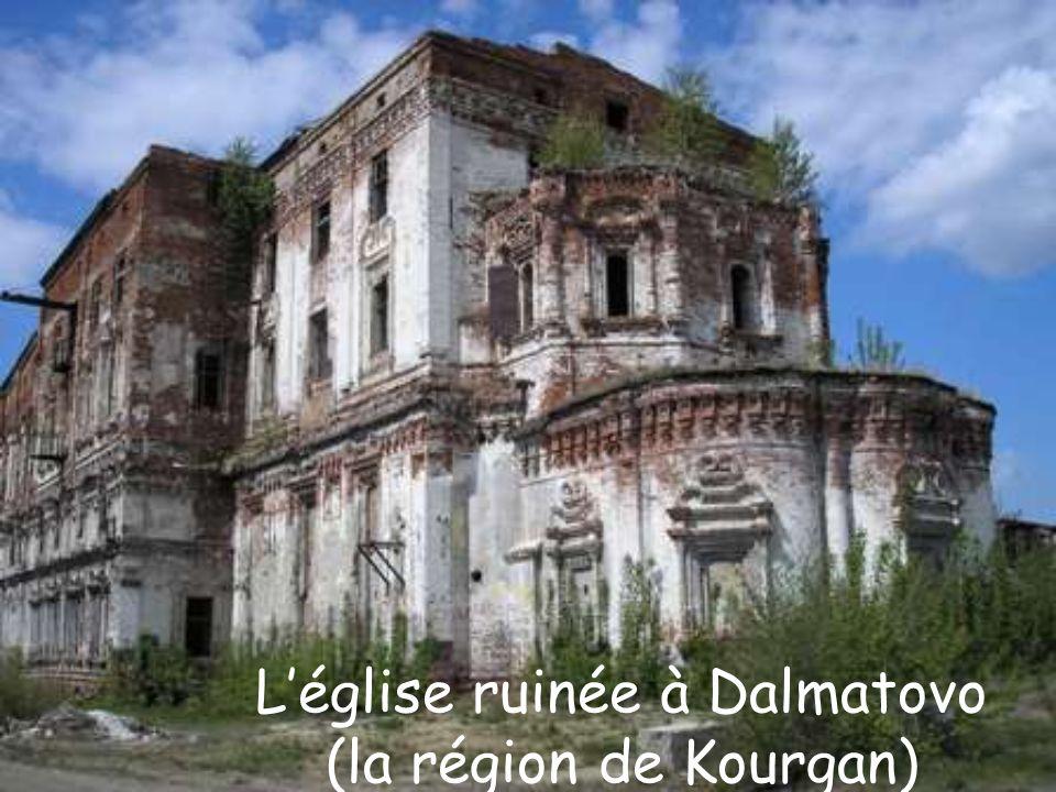 Léglise ruinée à Dalmatovo (la région de Kourgan)